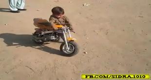 Dekheay Ye Bacha Kese Bike Chala Raha Hai