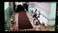 Is Banday Ne Kitni Asani Se Karachi Ki Memon Masjid Kai Nalkay Chura Lye