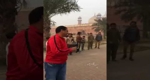Waqar Younis & Dean Jones Playing Some Street Cricket In Lahore