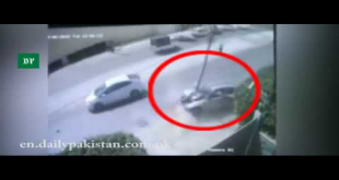 Over-Speeding Car Smashes Into Electric Pole In Karachi