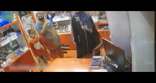 Girl Caught Stealing Money From Shoe Shop In Karachi
