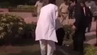 Australian PM Julia Gillard Slips & Falls Over in India